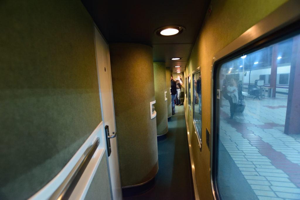 寝台列車の廊下