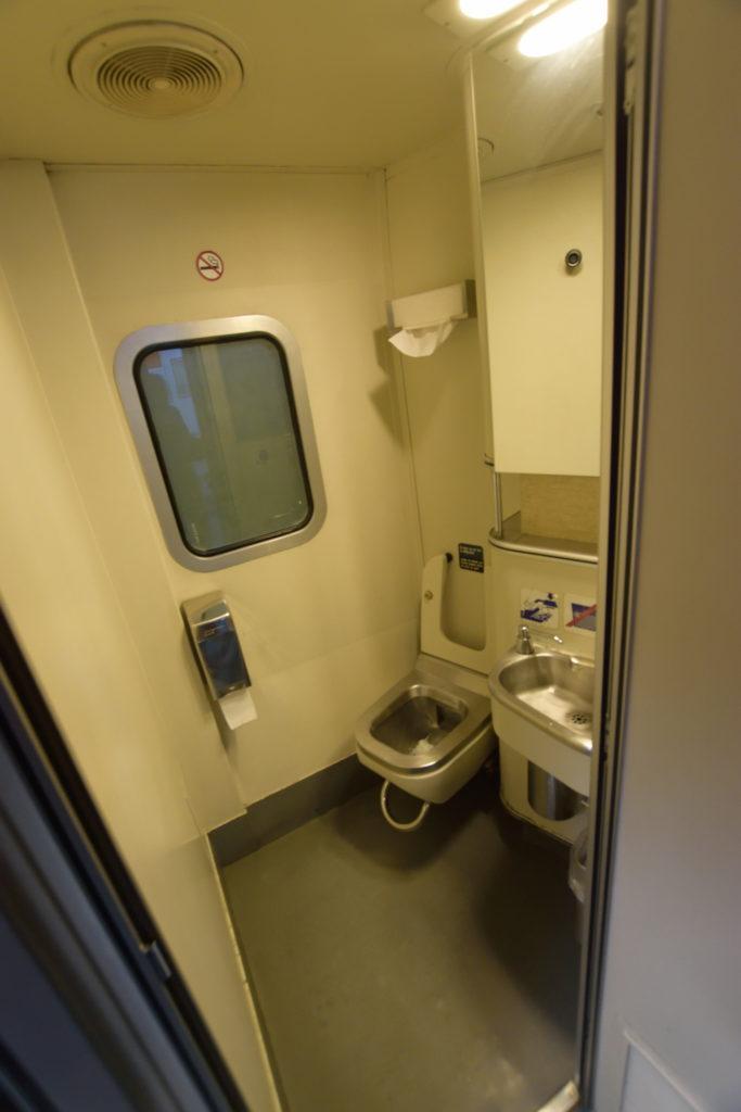 寝台列車内のトイレ
