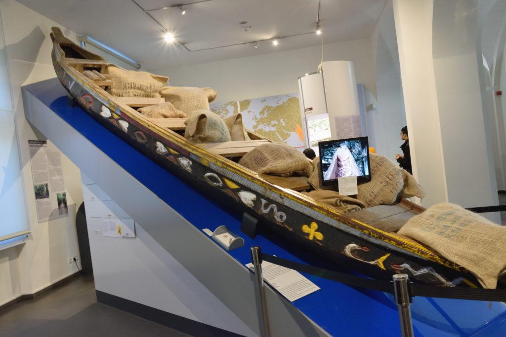 カカオ栽培に使う船