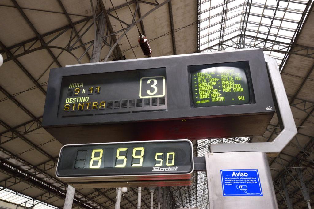 シントラ駅行きの列車の電光掲示板
