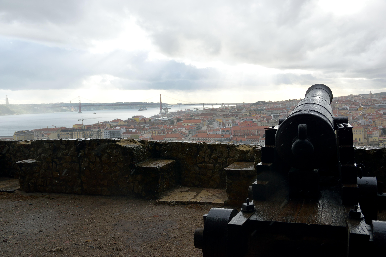 お城にある大砲とリスボンの街並み