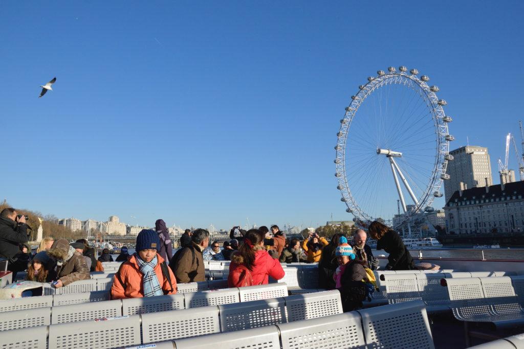クルーズ船から眺めるロンドン・アイ