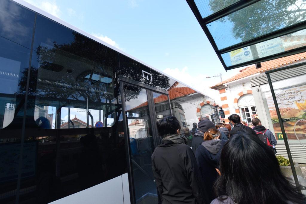 ロカ岬行きのバスの列