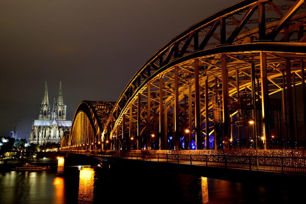 ケルン大聖堂を川向から橋越しに