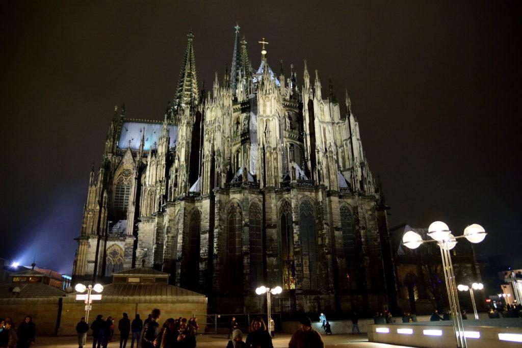 裏から見た夜のケルン大聖堂