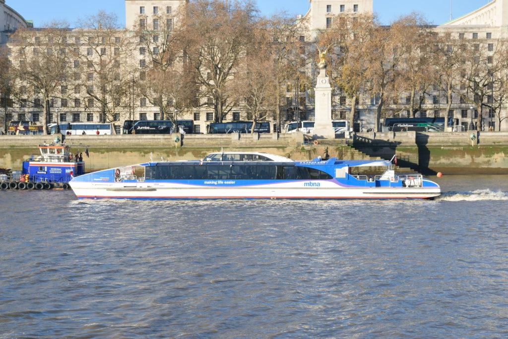 テムズ川を走る通勤用の船