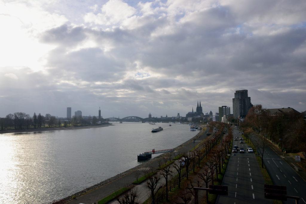 ケルンを走るライン川
