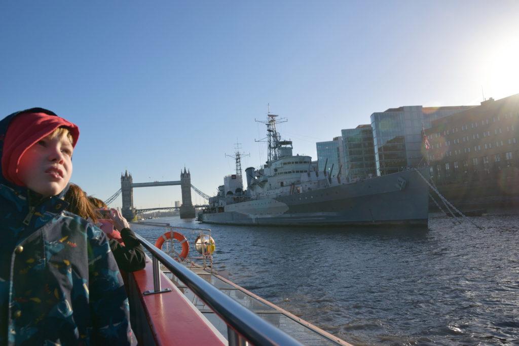 テムズ川の戦艦と、タワーブリッジと、少年