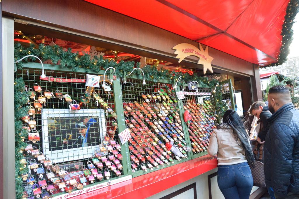 南京錠を売るクリスマスマーケットのお店