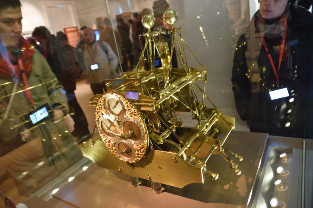 金ピカの太古の時計