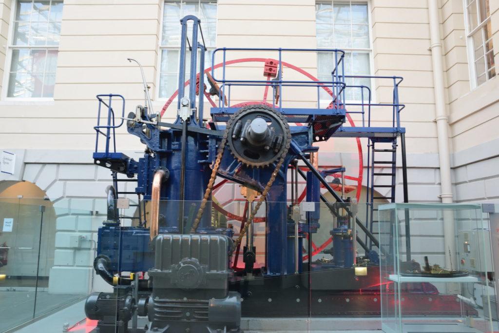 船舶のエンジンの展示