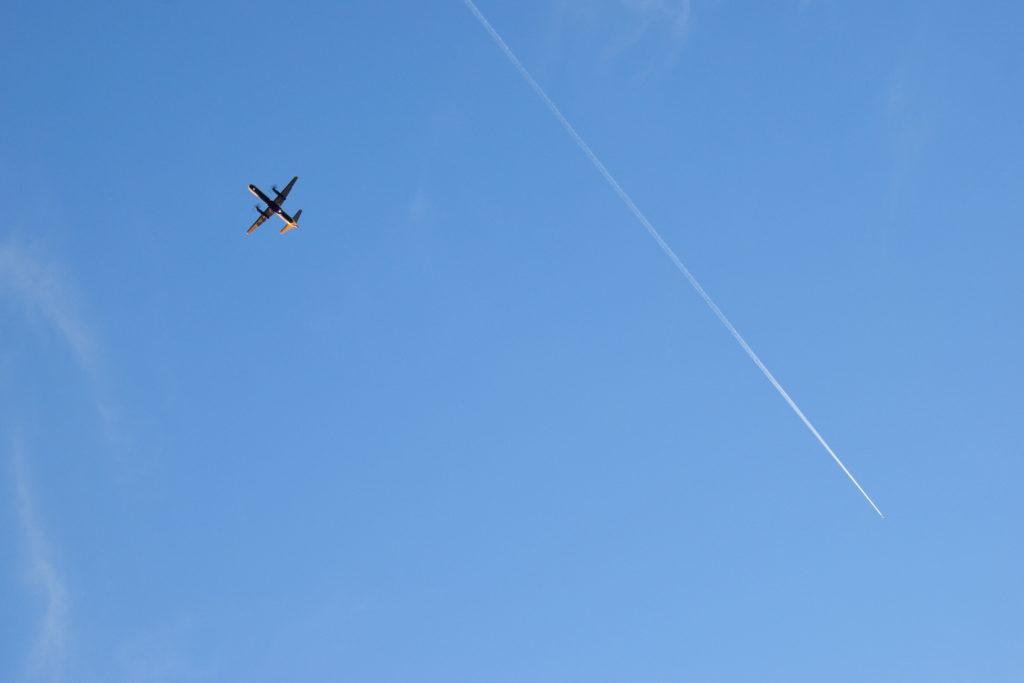 ロンドンシティ空港へ着陸態勢の飛行機