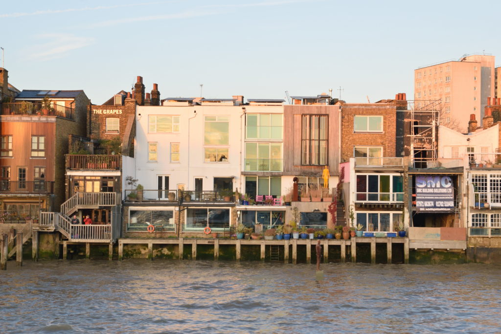 川沿いの建物