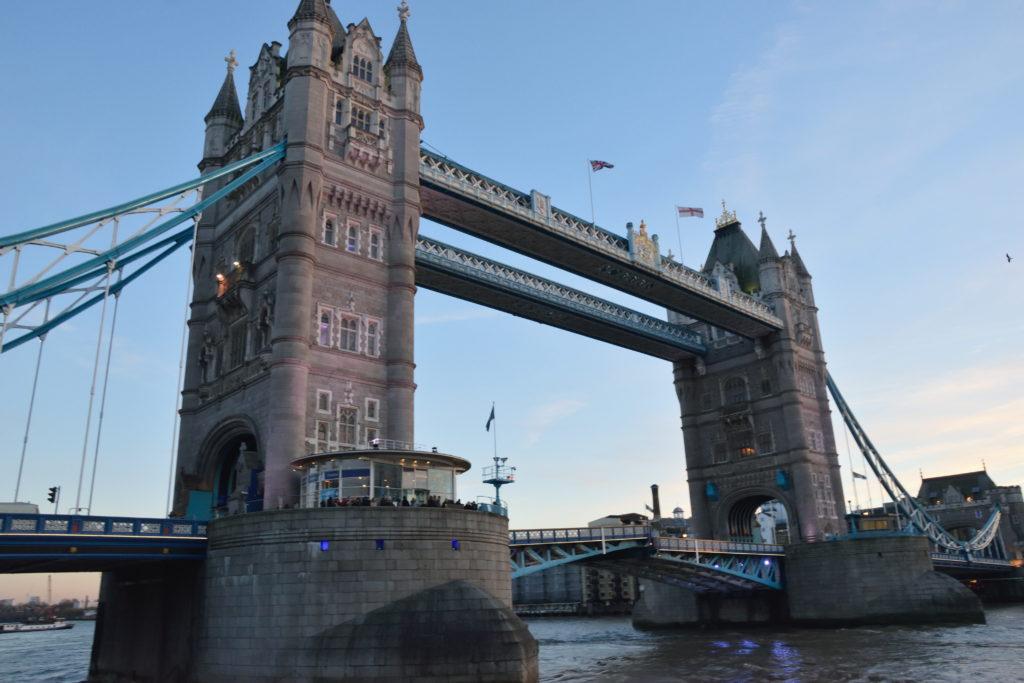 川岸から観たロンドン、タワーブリッジ
