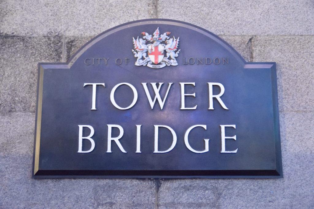 タワーブリッジの標識