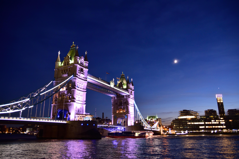 暮れかけの陽と月とタワーブリッジ