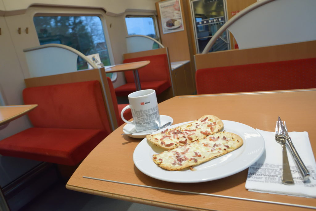 ドイツ食堂車での朝食