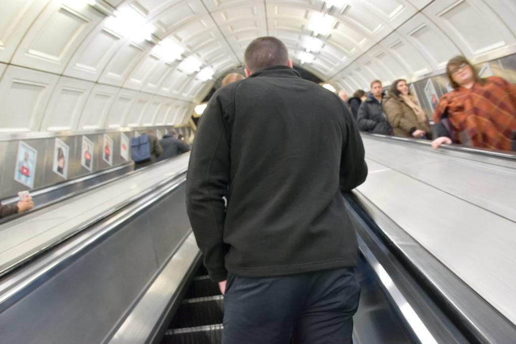ロンドン地下鉄のエスカレーターを上るおじさん