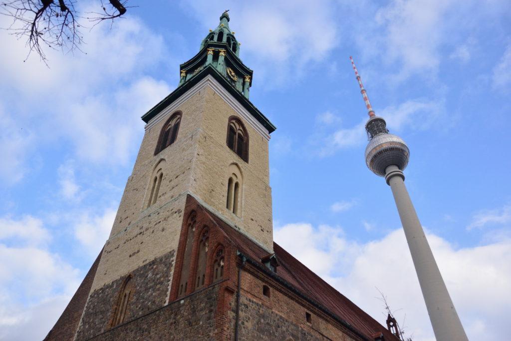 テレビ塔と教会