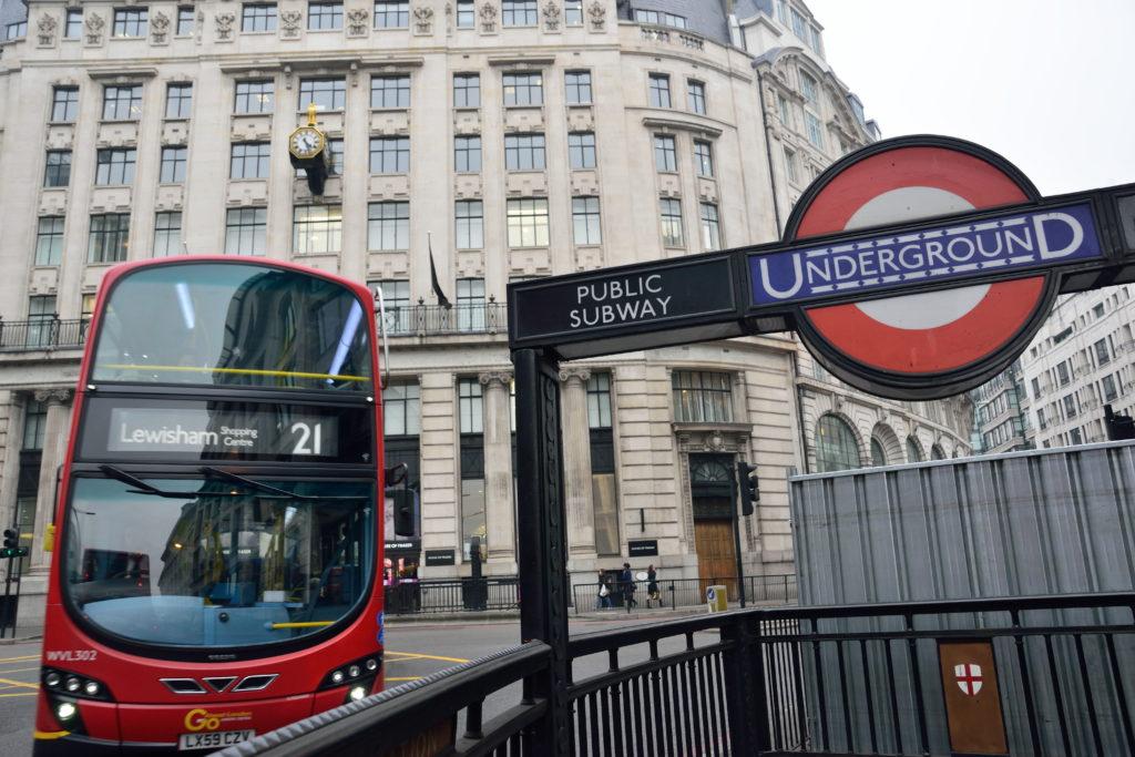ロンドン地下鉄の入口