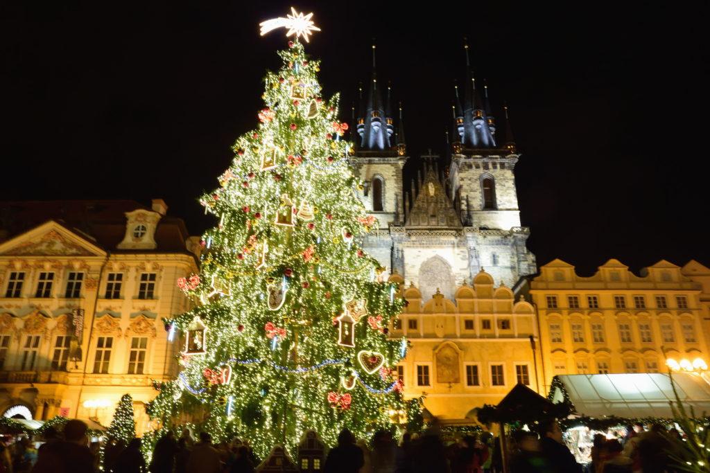 クリスマスツリーと、プラハ、ティーン教会