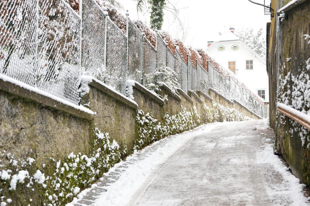 雪が積もったザルツブルクの坂道