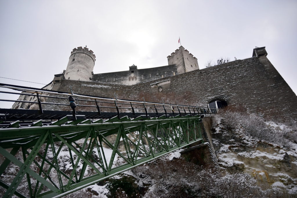 ザルツブルク城へと上るケーブルカー