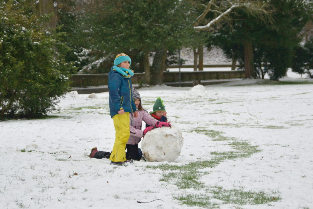 雪だるまを作るドイツの子どもたち