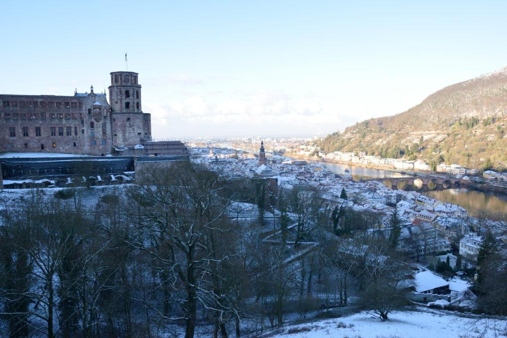 朝のハイデルベルク城から街並みを見下ろす