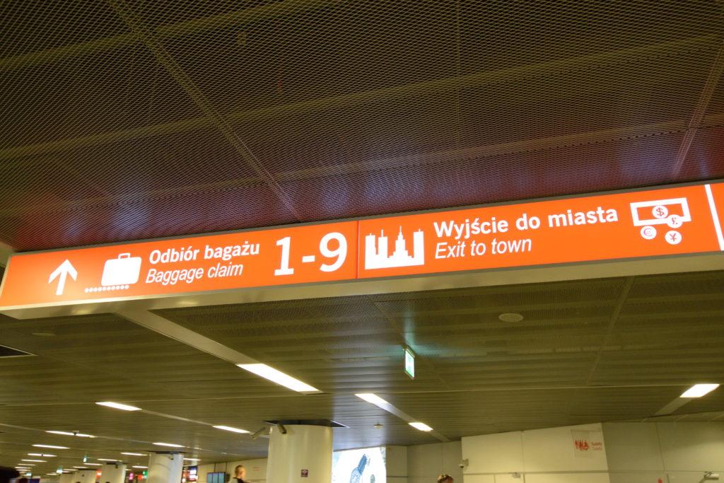 ワルシャワ・ショパン空港の掲示板