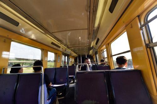 パリ市街行きの列車の内部