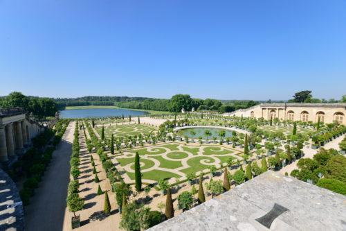 宮殿の踊り場から見える庭園