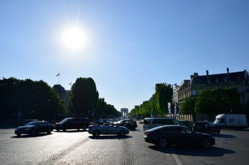 夕方のシャンゼリゼ通りから観る凱旋門