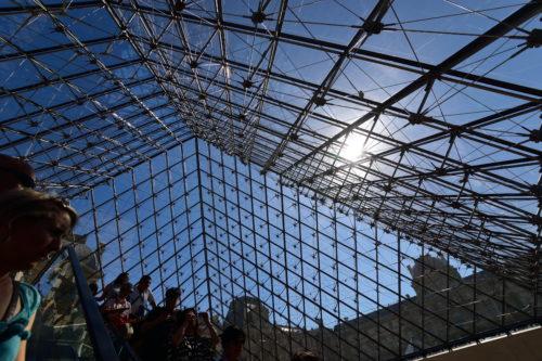 下から見上げたルーヴル美術館の入口