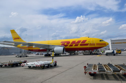 DHLの機体を横から