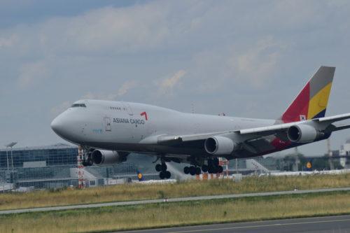 フランクフルト空港に着陸するアシアナ航空機
