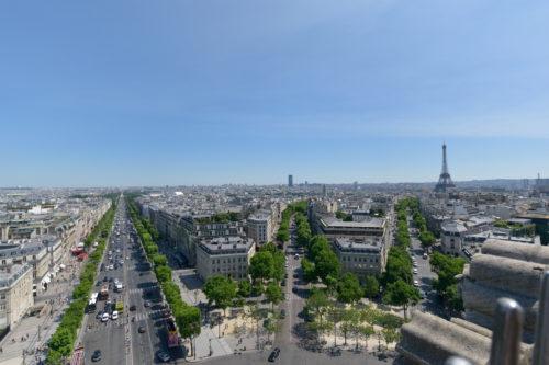 凱旋門の上からの眺めを広角で