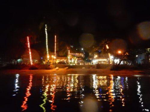 海から見た夜のアロナビーチ