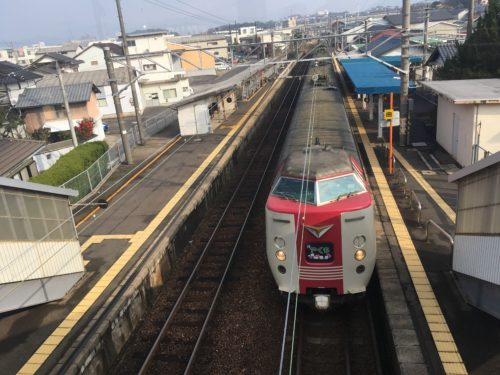 乃木駅を通過する特急列車