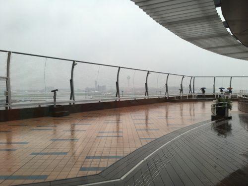 雨の羽田空港を国際線ターミナルデッキから