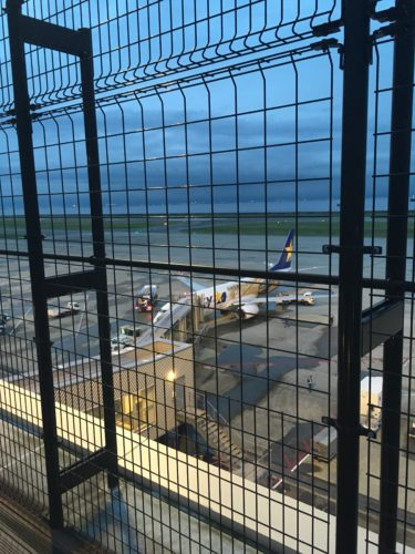 神戸空港のフライトデッキから撮影した下町ボブスレー塗装機