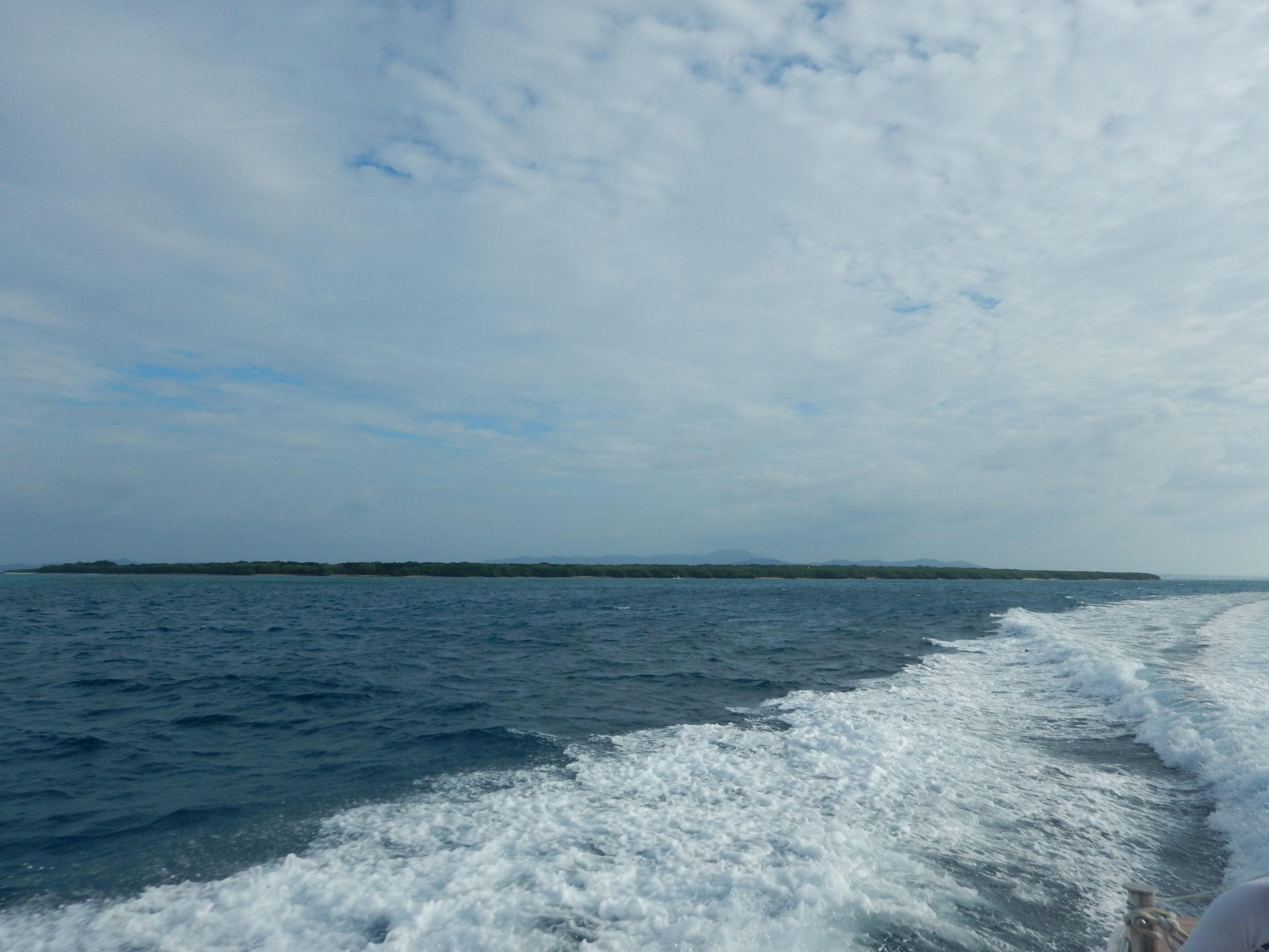 海から見た竹富島